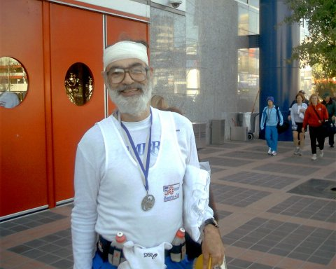 Vince Ferraro with a smashed head ran a PR by over 8 minutes. This is Vince first marathon under a 10 minute pace. Vince fell at 24 mile at the Houston, TX Marathon on 01/16/05 . GREAT JOB Vince !!